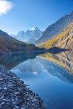 Riflessione delle montagne nel lago nella mattina di autunno Immagini Stock