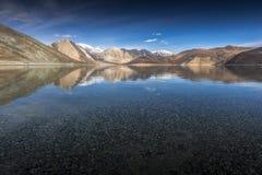 Riflessione delle montagne sul lago Pangong con il fondo del cielo blu Leh, Ladakh, India Fotografie Stock Libere da Diritti
