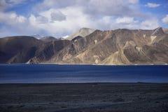 Riflessione delle montagne sul lago Pangong con il fondo del cielo blu Leh, Ladakh, India Fotografie Stock