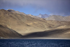 Riflessione delle montagne sul lago Pangong con il fondo del cielo blu Leh, Ladakh, India Fotografia Stock Libera da Diritti