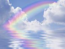 Riflessione delle nubi e del Rainbow Fotografia Stock