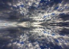 Riflessione delle nuvole drammatiche Immagine Stock