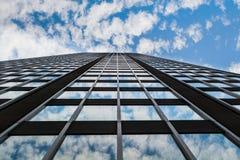 Riflessione delle nuvole e del cielo in finestre del grattacielo Fotografia Stock