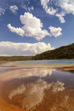Riflessione delle nuvole in grande molla prismatica nel bacino intermedio del geyser nel parco nazionale di Yellowstone Fotografia Stock