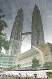 Riflessione delle torri gemelle di Petronas Fotografia Stock Libera da Diritti