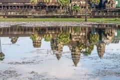 Riflessione di Angkor Wat nel lago Fotografie Stock Libere da Diritti