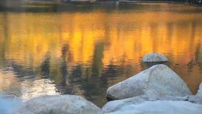 Riflessione di caduta sul lago stock footage