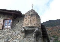 Riflessione di cielo blu e della nuvola bianca sul Window& x27; vetro di s di una costruzione d'annata in La Vella dell'Andorra Fotografie Stock