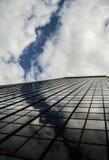 Riflessione di cielo blu sul Highrise fotografie stock