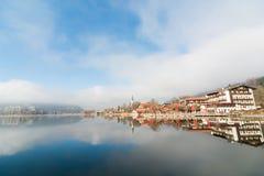 Riflessione di cielo blu sul lago fotografia stock libera da diritti