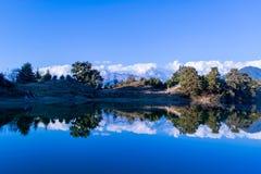 Riflessione di fascino dell'Himalaya di Garhwal in Deoria Tal o lago Fotografia Stock