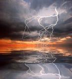 Riflessione di fulmine nell'acqua illustrazione di stock