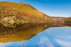 Riflessione di Llyn Gwynant, parco nazionale di Snowdonia fotografie stock