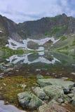 Riflessione di neve nel lago della montagna Fotografie Stock Libere da Diritti