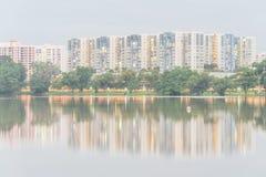 Riflessione di nuovo complesso residenziale sul lago Jurong, peccato della proprietà HDB Fotografia Stock Libera da Diritti