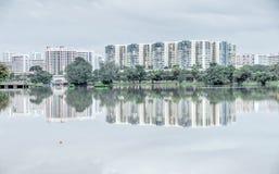 Riflessione di nuovo complesso residenziale sul lago Jurong, peccato della proprietà HDB Immagini Stock Libere da Diritti