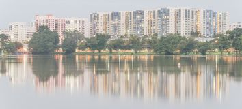 Riflessione di nuovo complesso residenziale sul lago Jurong, peccato della proprietà HDB Immagine Stock