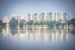 Riflessione di nuovo complesso residenziale sul lago Jurong, peccato della proprietà HDB Fotografie Stock