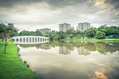 Riflessione di nuovo complesso residenziale sul lago Jurong, peccato della proprietà HDB Immagini Stock
