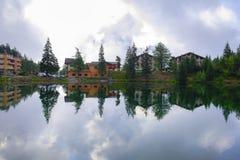 Riflessione di paesaggio svizzero tipico in un lago un giorno nuvoloso immagine stock libera da diritti