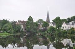 Riflessione di piccola città con la chiesa fotografie stock