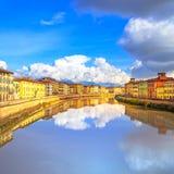Riflessione di Pisa, fiume di Arno e delle costruzioni Vista di Lungarno toscano Fotografia Stock Libera da Diritti