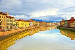 Riflessione di Pisa, fiume di Arno e delle costruzioni Vista di Lungarno toscano Immagine Stock Libera da Diritti