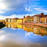 Riflessione di Pisa, fiume di Arno e delle costruzioni Vista di Lungarno toscano Immagini Stock Libere da Diritti