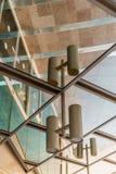 Riflessione di specchio all'aperto di bella architettura sulla via Costruzione moderna di affari con gli uffici di vetro Fotografia Stock Libera da Diritti
