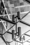 Riflessione di specchio all'aperto di bella architettura sulla via Costruzione moderna di affari con gli uffici di vetro Fotografie Stock