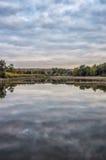 Riflessione di specchio del cielo in un lago con gli alberi Immagine Stock Libera da Diritti