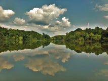 Riflessione di specchio del cumulo sopra il lago fotografia stock libera da diritti