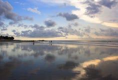 Riflessione di specchio del tramonto sulla spiaggia di Kuta Immagine Stock Libera da Diritti