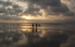 Riflessione di specchio del tramonto sulla spiaggia di Kuta Immagini Stock Libere da Diritti