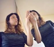 Riflessione di specchio di un'entrata della fattoria fotografia stock