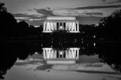 Riflessione di specchio e di Lincoln Memorial in bianco e nero, Washington DC U.S.A. Fotografie Stock