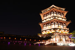 Riflessione di Tang Paradise Center alla notte, Xi'an, Cina immagine stock