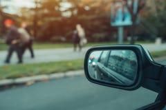 Riflessione di traffico cittadino in specchio del lato dell'automobile Immagini Stock Libere da Diritti