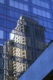 Riflessione di un edificio alto in un grattacielo del metallo e di vetro Fotografia Stock