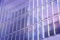 Riflessione di un grattacielo nelle finestre dell'edificio per uffici Fotografia Stock