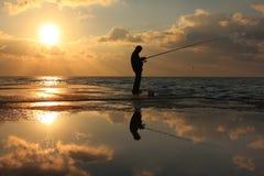 Riflessione di un pescatore all'alba immagine stock libera da diritti