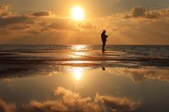 Riflessione di un pescatore all'alba fotografie stock