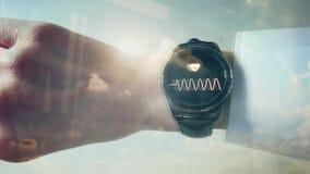 Riflessione di un uomo che controlla il suo impulso su uno smartwatch archivi video