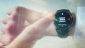 Riflessione di un uomo che risponde ad una telefonata su uno smartwatch stock footage