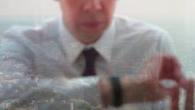 Riflessione di un uomo d'affari che controlla il tempo archivi video