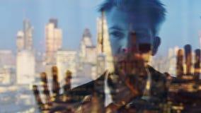 Riflessione di un uomo d'affari che guarda da una finestra a Londra video d archivio