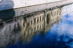 Riflessione di una casa nell'acqua Ondulazioni sul fiume Distorsione della casa Priorità bassa variopinta immagine stock libera da diritti