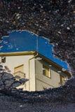 Riflessione di una casa nella pozza fotografia stock libera da diritti