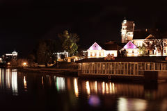 Riflessione di una città di notte in acqua minsk Fotografie Stock