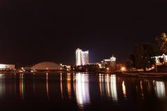 Riflessione di una città di notte in acqua minsk Immagini Stock